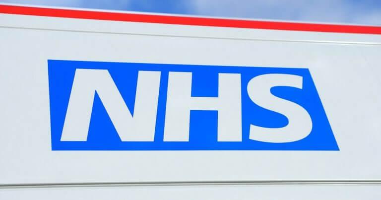 Smrtnosť na kovid v UK po vakcinácii násobne vyššia ako u nevakcínovaných